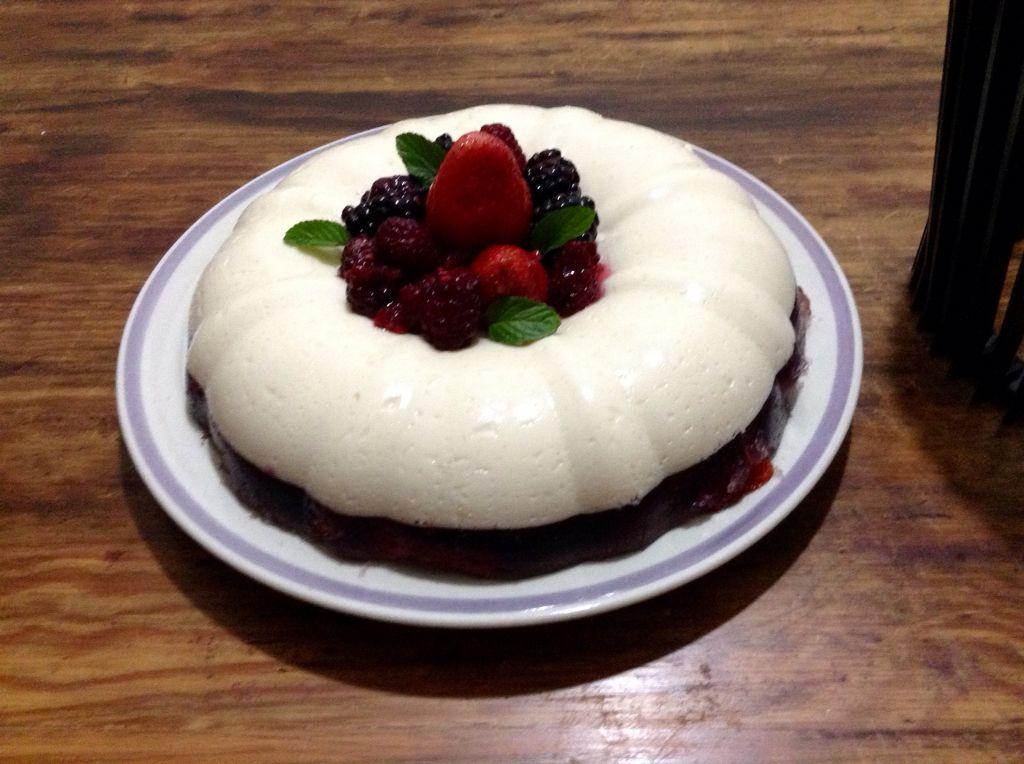 Gelatina de yogurt con frutos rojos.