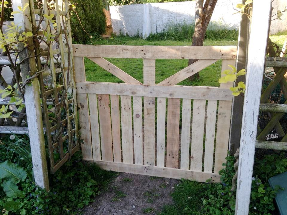 Diy Garden Fence Ideas Cheap Decoration Easy Privacy Wood Gate Wire Small How To Build Plans Sticks D Diy Garden Fence Pallet Garden Garden Fencing