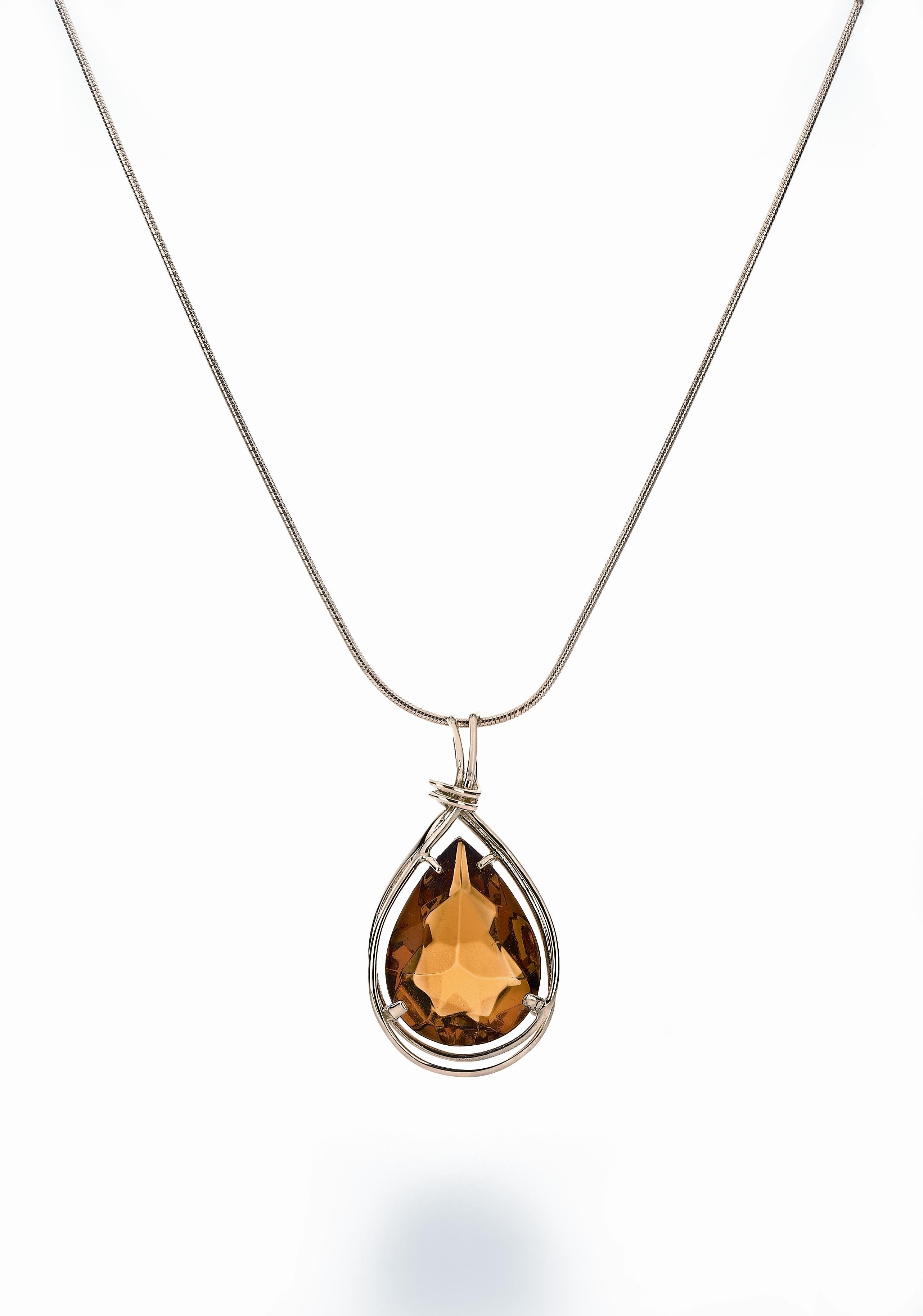 House of Amber A 14 carat white gold pendant with cognac amber