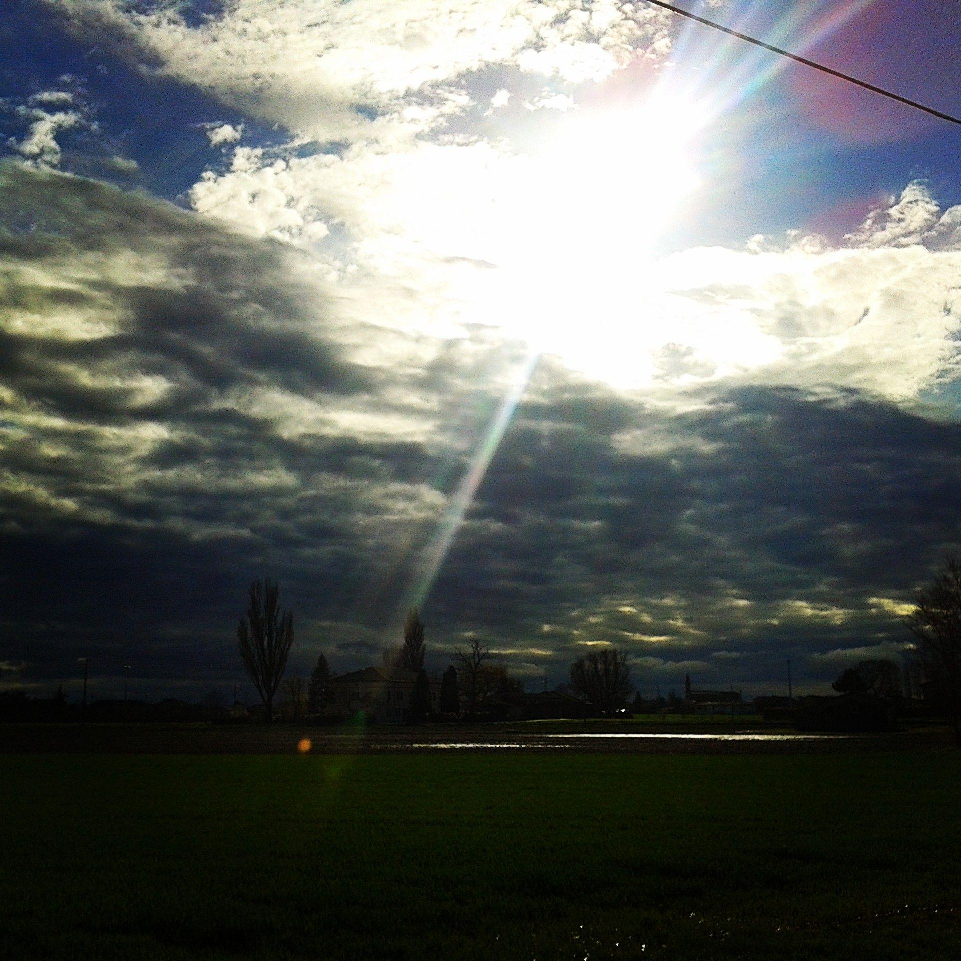 Il sole cerca di vincere le nuvole