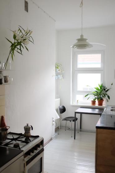 Hell möblierte Küche mit weiß gestrichenen Holzdielen, großem - essecken für küchen