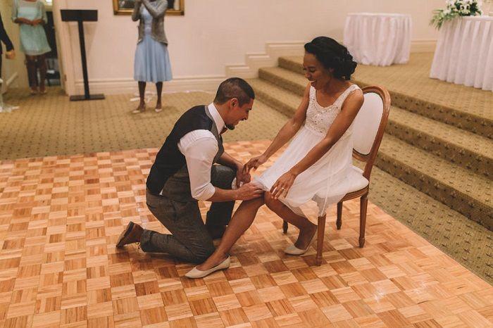 taking off garter at wedding | itakeyou.co.uk #weddinggarter