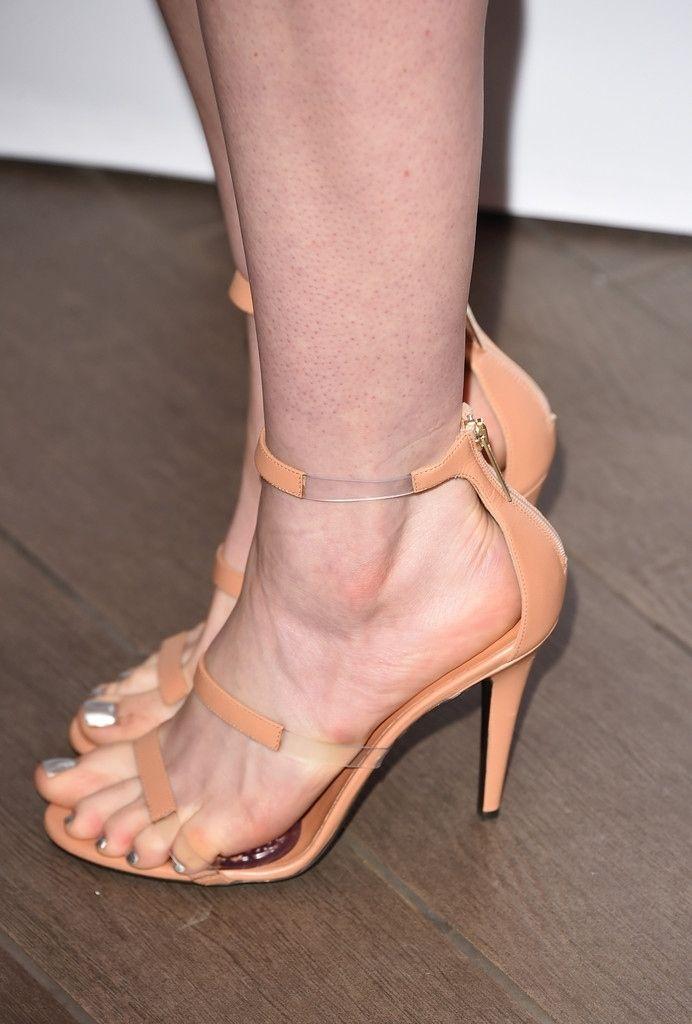 Anne Hathaway's Feet << wikiFeet | Pies de mujer, Sandalias