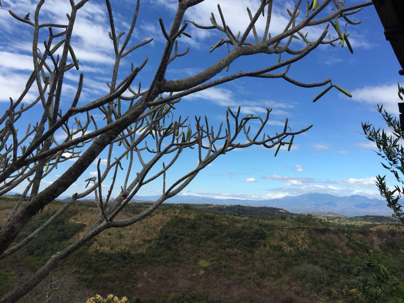 Y a lo lejos se mira nublado El Pital, el pico mas alto de El Savador, ubicado en las montañas de Chalatenango | suchitoto.tours@gmail.com