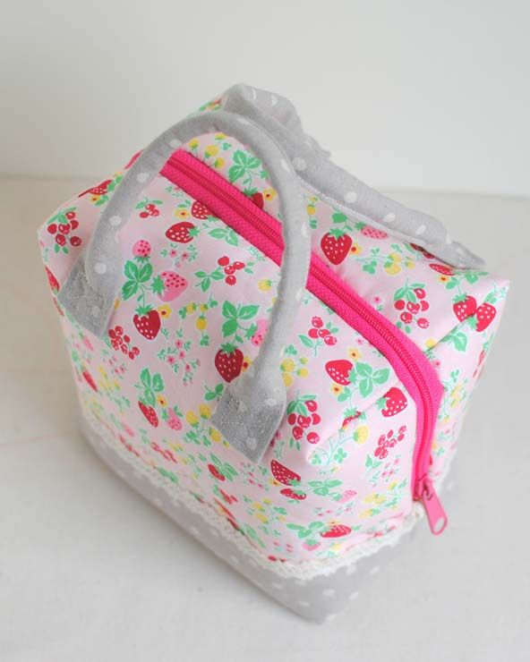 Clover & Violet — Enjoy the Sewing :: A Strawberry Ellie Travel Case by Fabric Mutt.  Link to the tutorial.
