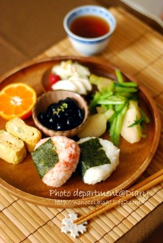 日本人のごはん(朝) Japanese breakfast 和プレートで朝食 not a recipe, and everything is in japanese, but it certainly has me drooling...glad there's no natto in it...yuck! 昼ごはんでもいいよね