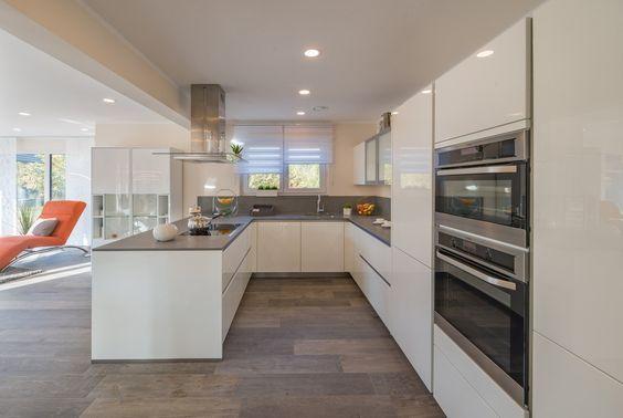 Moderne Kücheninsel mit schwarzen Fliesen Home - Kitchen - sockelleisten für küchen