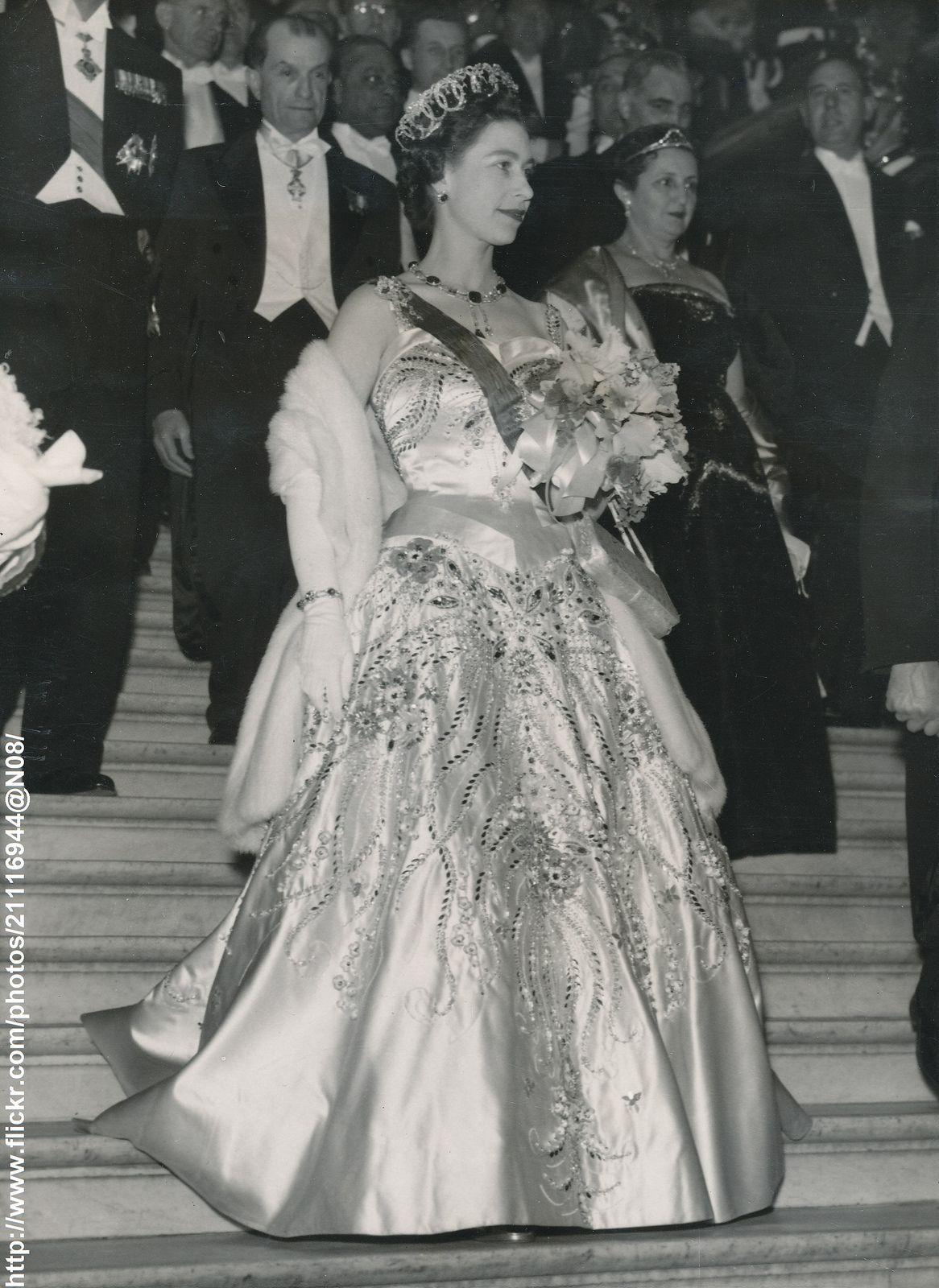 Queen Elizabeth II state visit Paris 1957 - Google Search   Queen ...