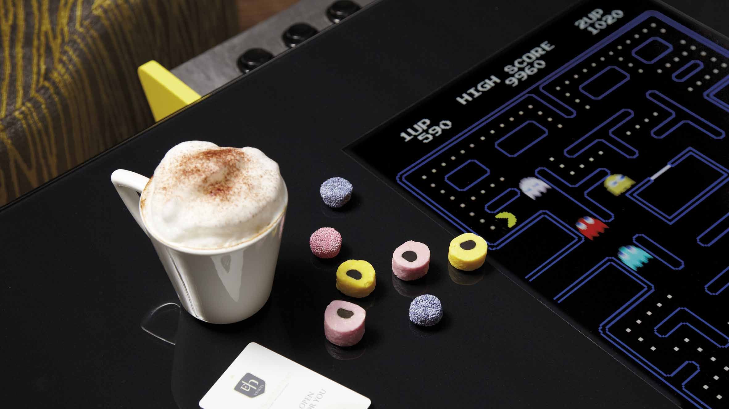 A break with a game of Pac-Man and a coffee.