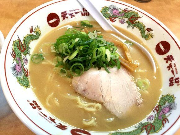 トロットロのこってりスープがたまらない『天下一品』!一度食べるとヤミツキになるあの「こってりラーメン」は、ファンから「あれはラーメンやない、天下一品という食べ物や!」と言わせるほど唯一無二の存在だ。