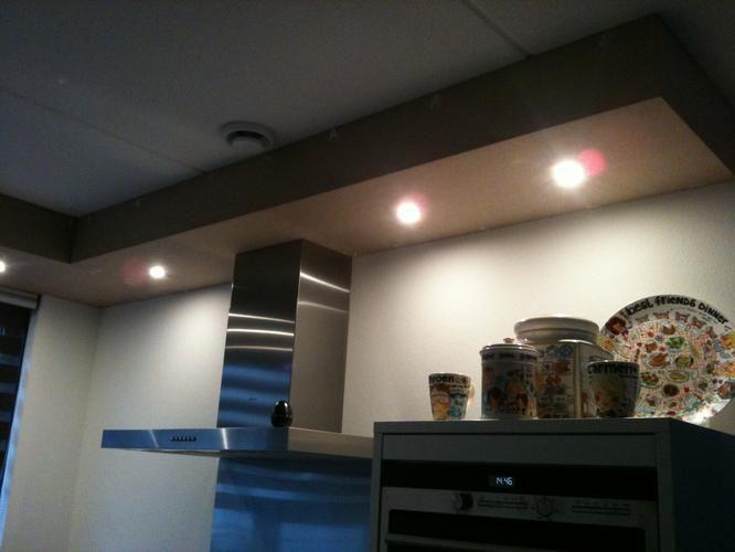 Boven de keuken is een koof geplaatst met spotjes van mdf deze moet geschilderd worden in de - Plafond met balk ...