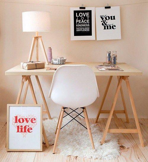 Ideia de escrivaninha com cavalete para o home office.