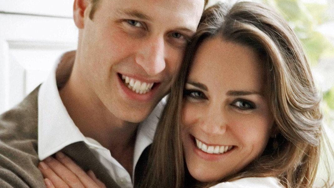 Offizielles Verlobungsfoto von Mario Testino: Prinz William und Kate im Freizeit-Look. © dpa Bildfunk Fotograf: Mario Testino