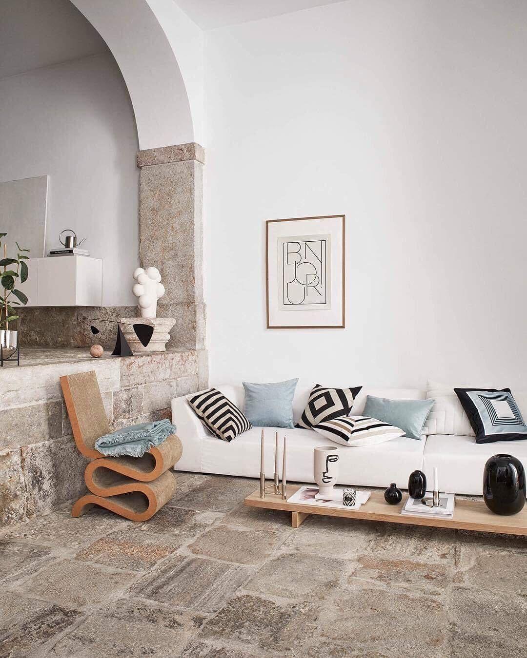On débute le week end dans ce magnifique salon 😍 coup de coeur pour cette table très basse le sol en pierre et les petits objets déco