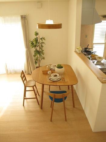 テーブルがかわいい。 忙しい朝、お弁当を作りながらでも、朝食を食べる子供と会話がしたい。マンションだから、ダイニングに大きなスペースは割けない…そんなお家なら、対面キッチンのカウンターに向き合わせる形で、こんな半円形のダイニングテーブルを置いてみては。お客様が来た時にはテーブルをカウンターから離して、カウンター側にもう一つ椅子を入れればOK。