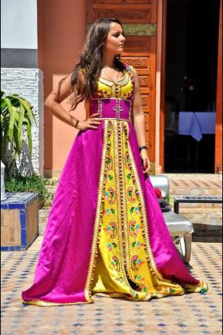 Caftans Et Takchita Marocains Ces Tenues Traditionnelles Sublimees Par Les Tissus Les Pierreries Moroccan Fashion Moroccan Dress Fashion