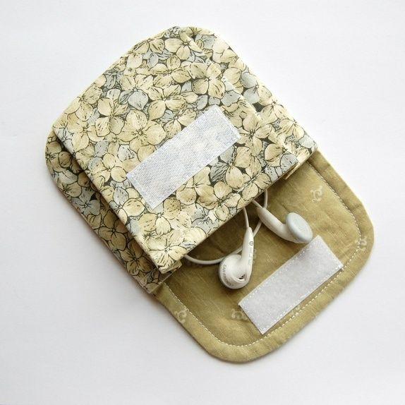 Linda bolsinha, porta coisas pequenas, para não se perderem dentro da bolsa.