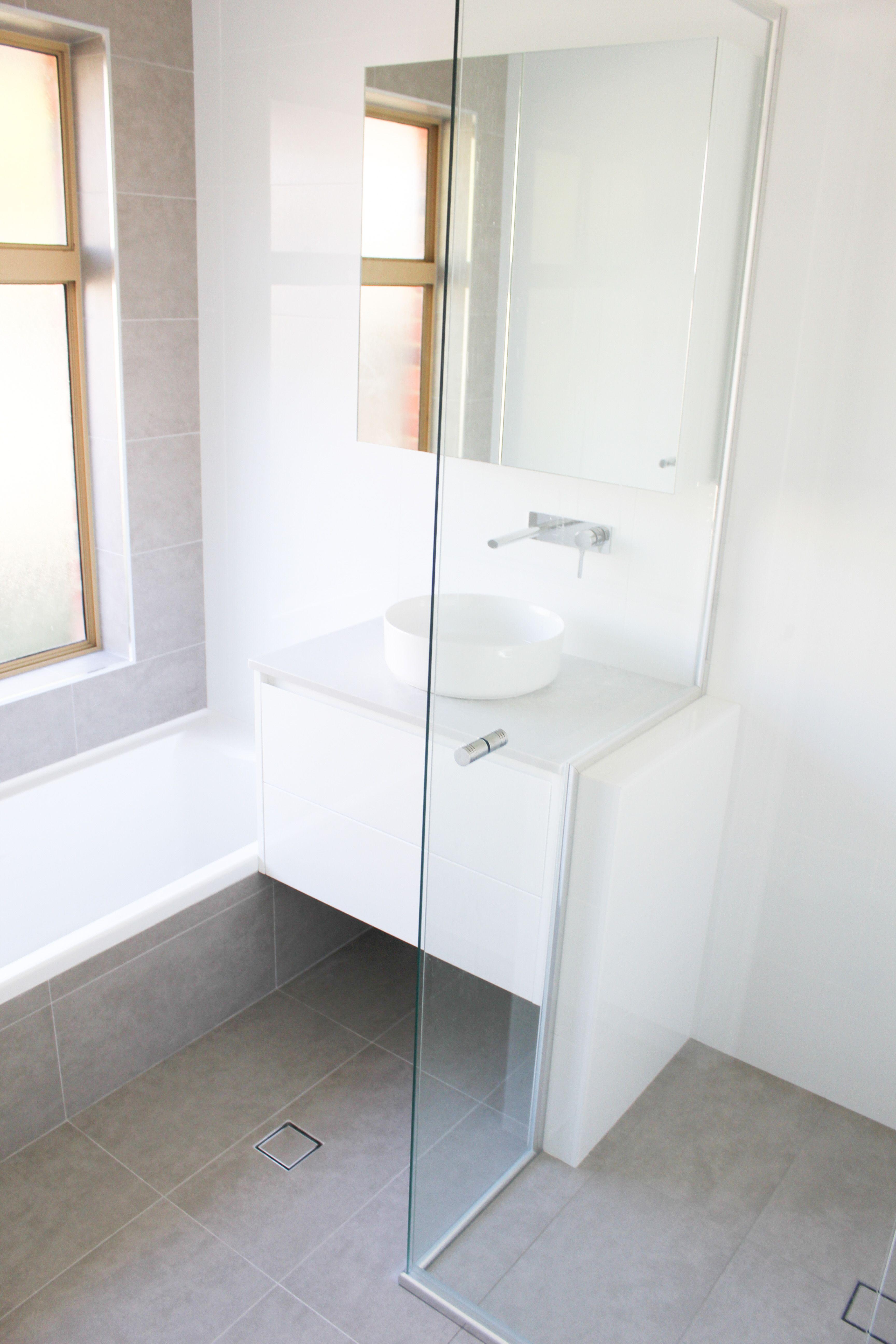 Enjoyable Modern Family Bathroom Grey Feature Wall Bathroom Interior Design Ideas Pimpapslepicentreinfo