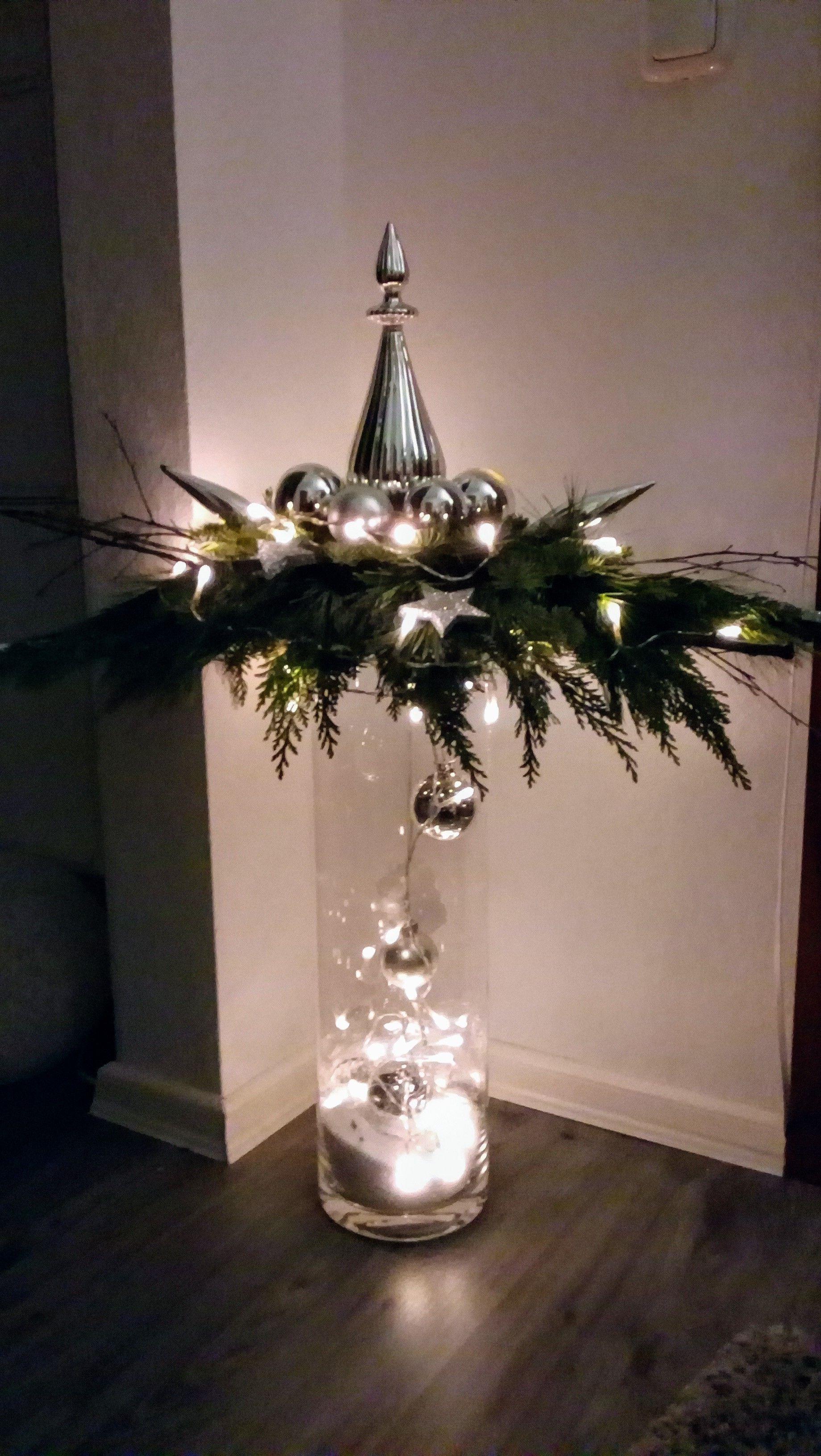 So schön und so einfach herzustellen. In einen Steckschwamm rundherum mit Tanne, Kiefer und Lebensbaum stecken. Mit Kugeln oder anderen Dingen verschönern. Lichterkette drumherum winden und leicht auf ein hohes Glas oder Vase drücken. Fertig! Und das, ohne ein Vermögen im Blumenladen auszugeben! ;-) #weihnachtsdekohauseingang