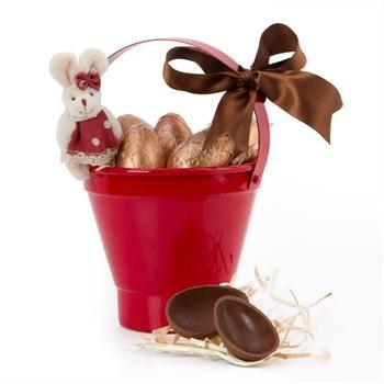 Então esta é a opção mais encantadora para acertar em cheio no seu presente de páscoa.  Ovinhos de chocolate belga da Bake a Wish num baldinho vermelho, com a companhia da fofa coelhinha no palito. Lindo! FOUND IT! – presentes especiais para todas as ocasiões