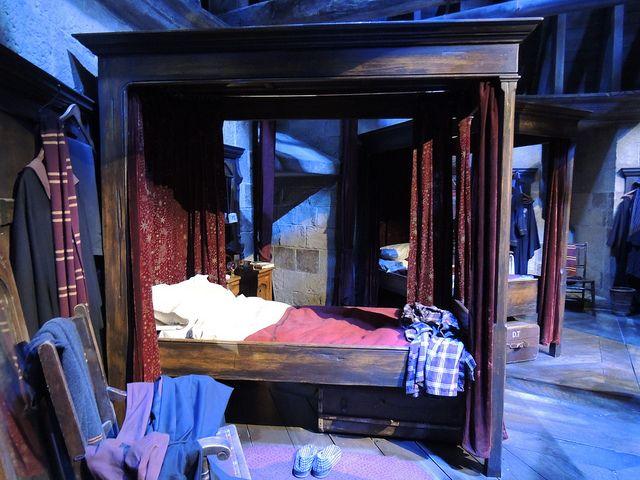 Gryffindor bedroom   Bunk house, Harry potter decor, Minimalist room