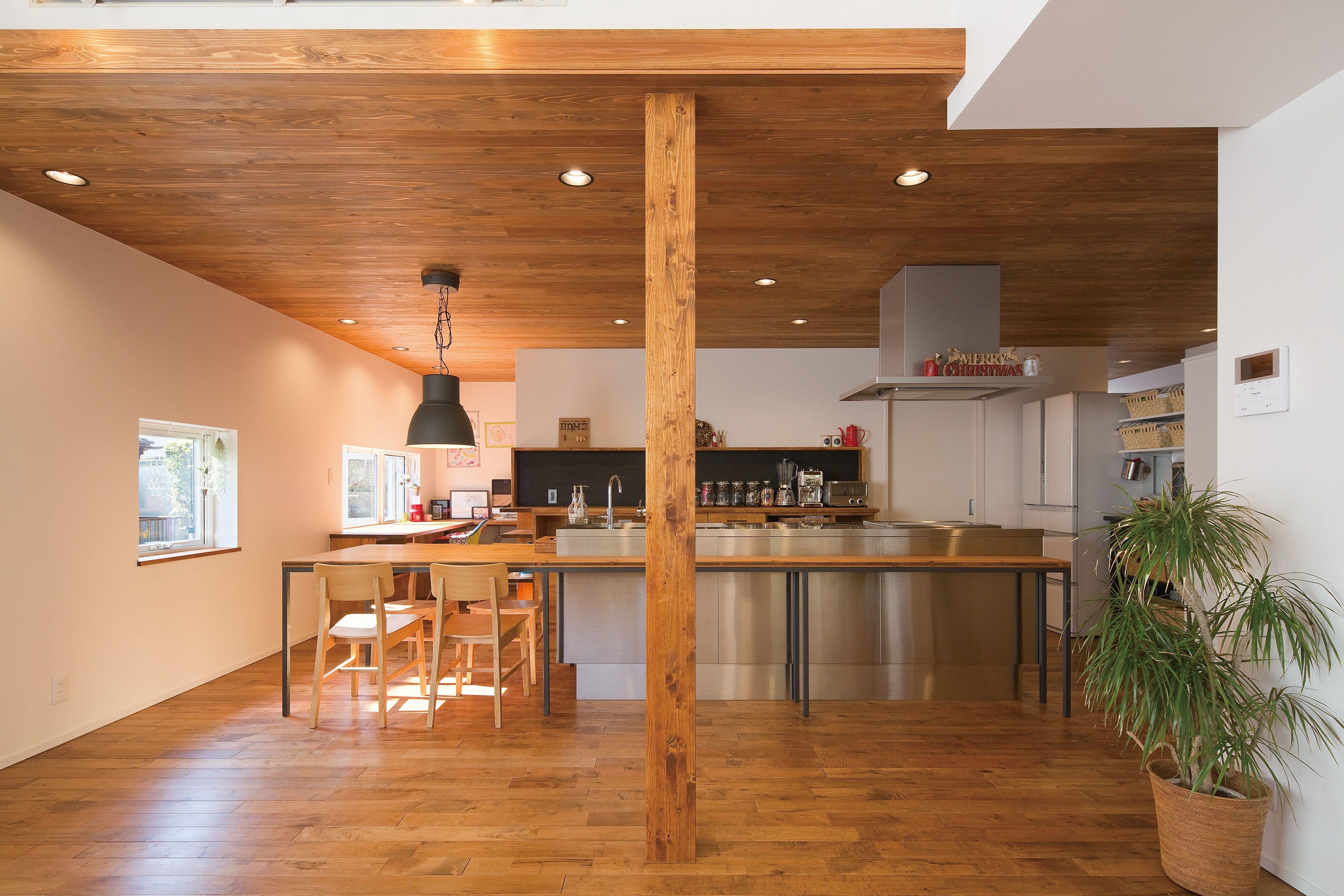 吹き抜け 勾配天井は板張り仕上げとし 間接照明を設けました キッチンからはお子様達の様子が確認できます インテリア リビング キッチン ナチュラル デザイン おしゃれ 吹き抜け 家 住宅 家 づくり