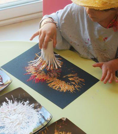 r aliser avec les enfants des feux d 39 artifice en peinture tr s facile pour les petits doigts. Black Bedroom Furniture Sets. Home Design Ideas