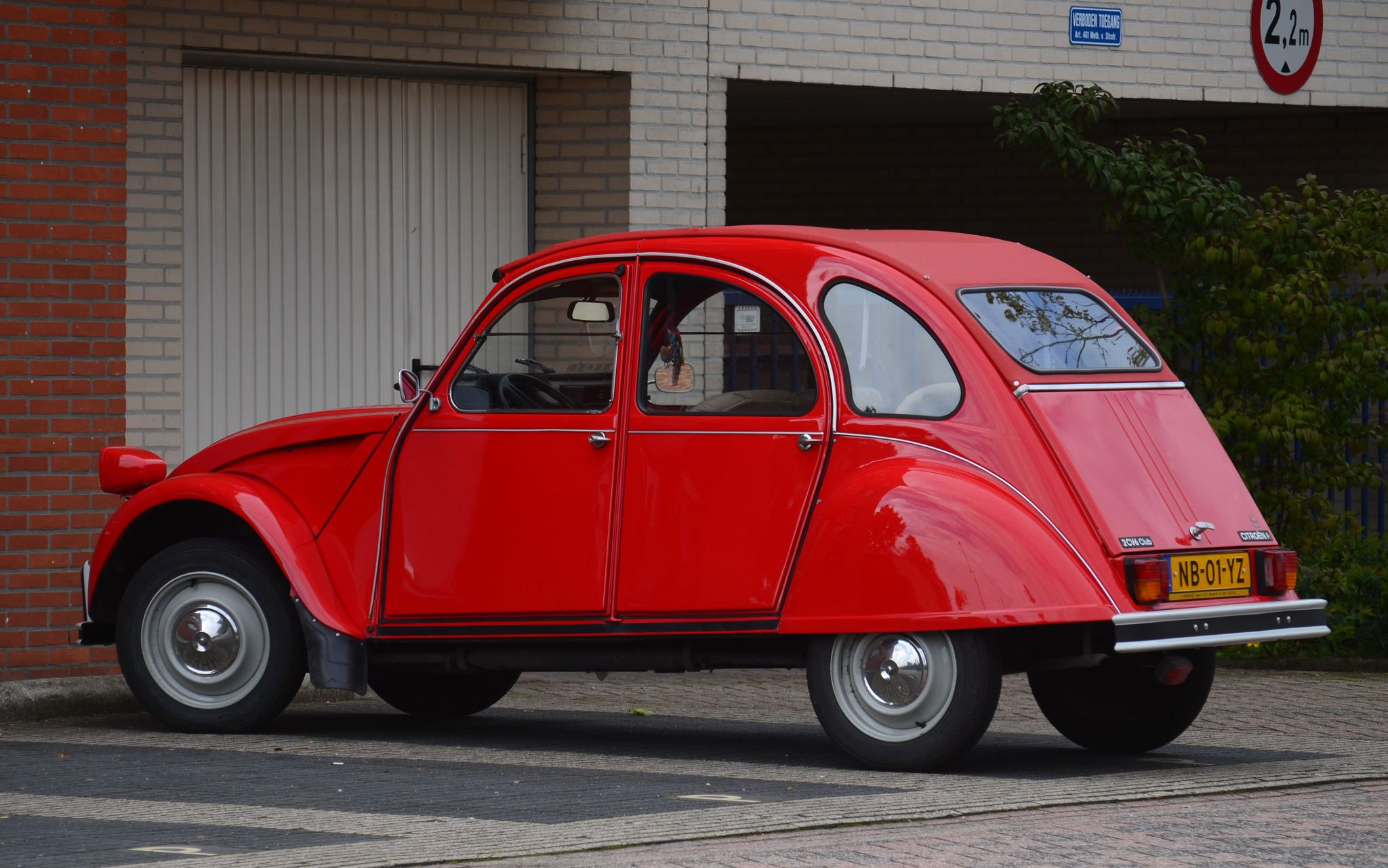 https://flic.kr/p/LzByFq | 1985 Citroen 2CV NB-01-YZ | Ede, 4 september 2015 Datum kenteken 18 april 1985