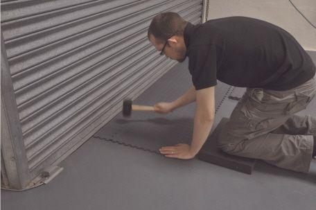 Verlegung der pvc garagenfliesen garagen mit pvc fliesen - Kunststoff fliesen garage ...