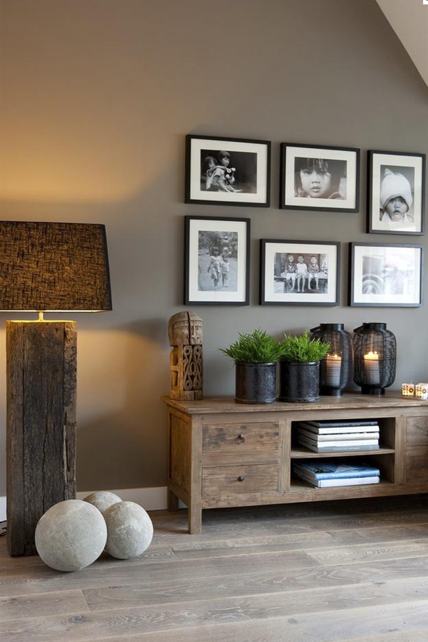 Donkere taupe muur combineert mooi met zwart wit foto\'s in de ...