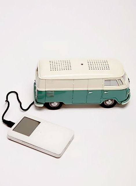 VW Bus Clock Radio with iPod & MP3 Player Speaker                                  Ohhh, wie cool!!!