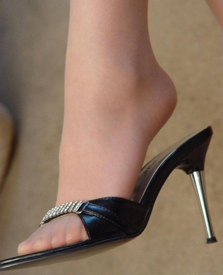Nylon foot shoe dangle at the airport 5