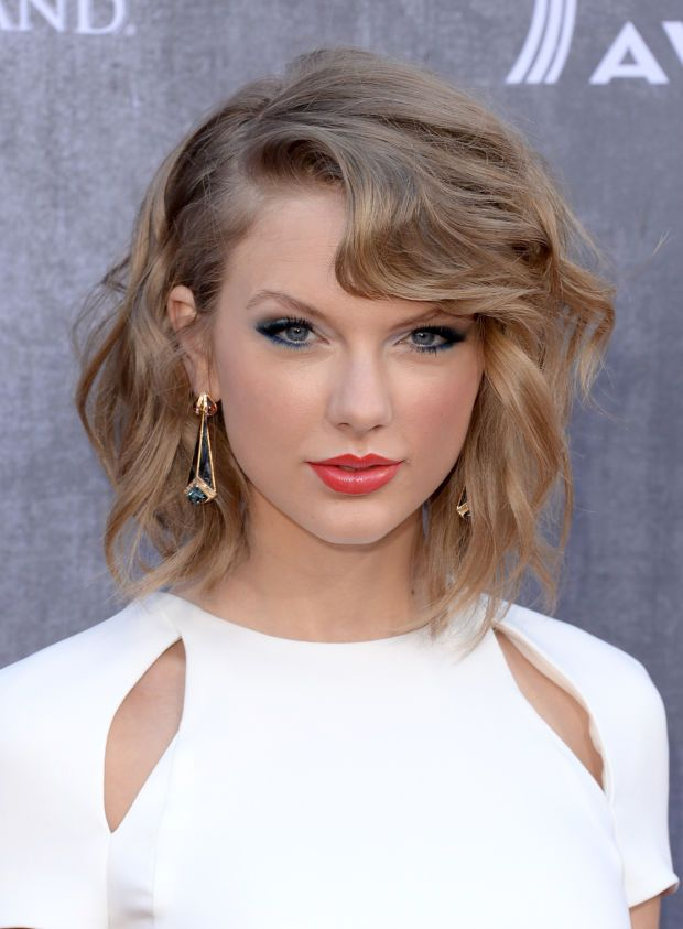 How To Get Taylor Swifts Gravity Defying Bangs Bangs Taylor
