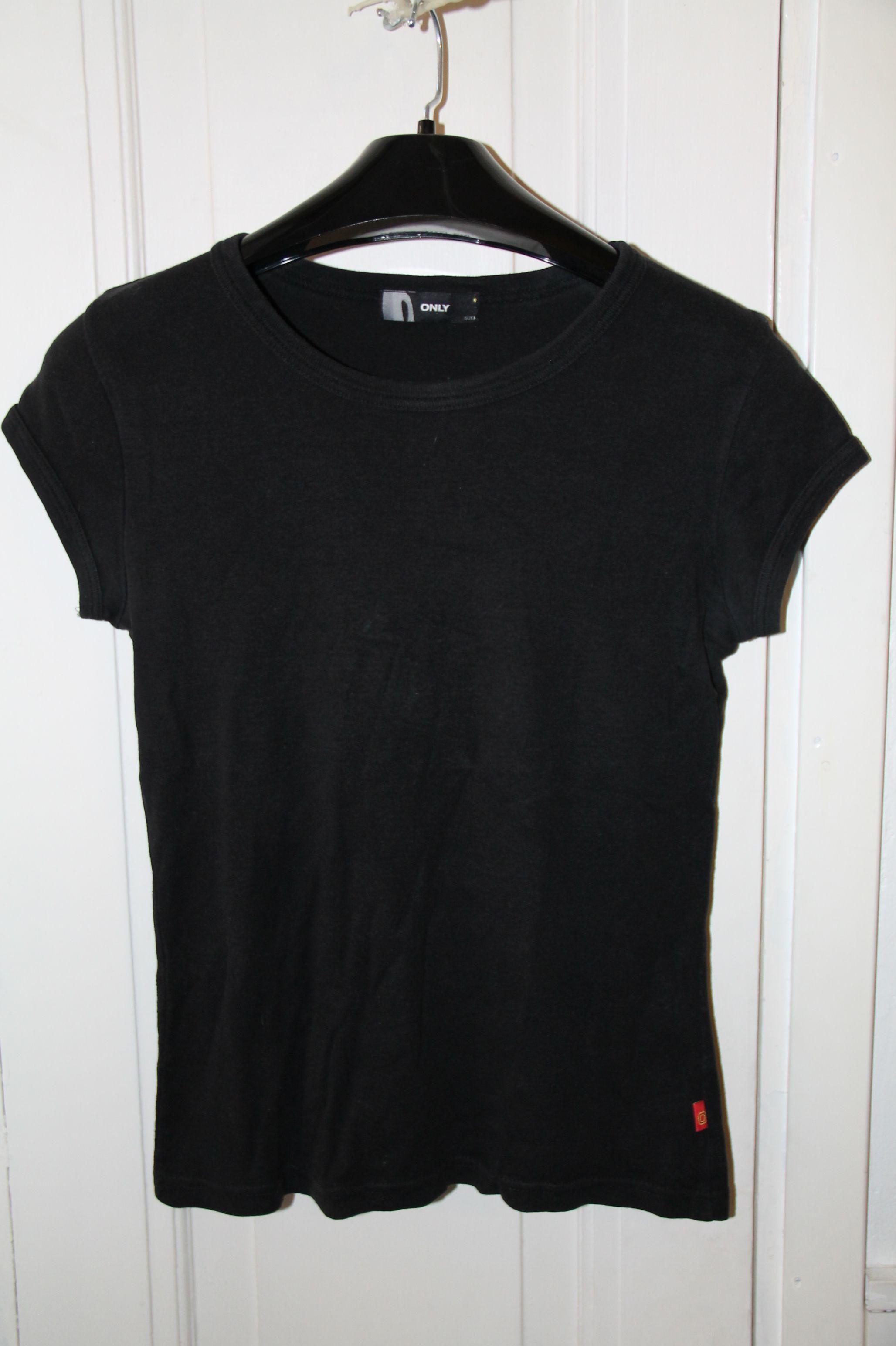 Musta t-paita melko paksua trikoota.