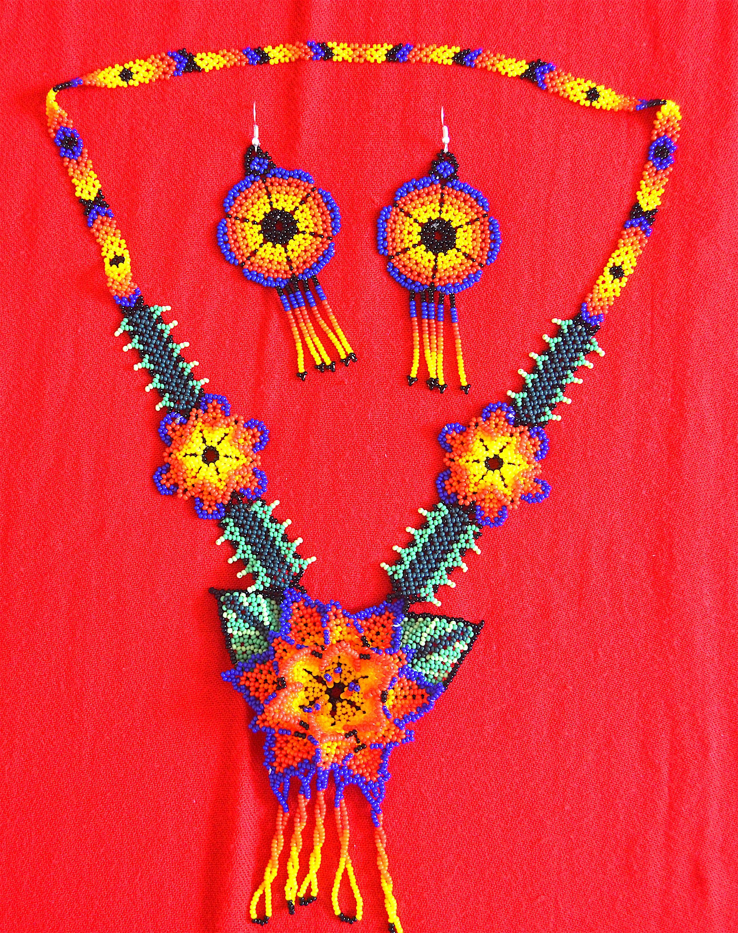 17e70ca90db4 Collar y aretes artesanales con material en chaquira