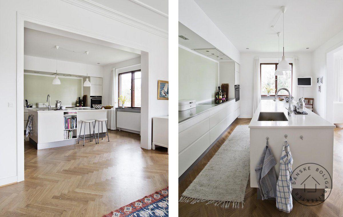 Køkkenet ligger i åben forbindelse med spisestuen, der har direkte ...