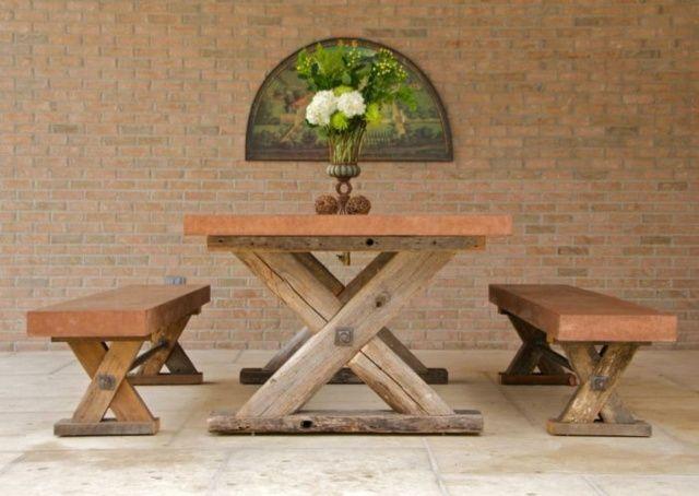Vintage Holztisch Kreuzbeine Sitzbank Ziegelwand Garten