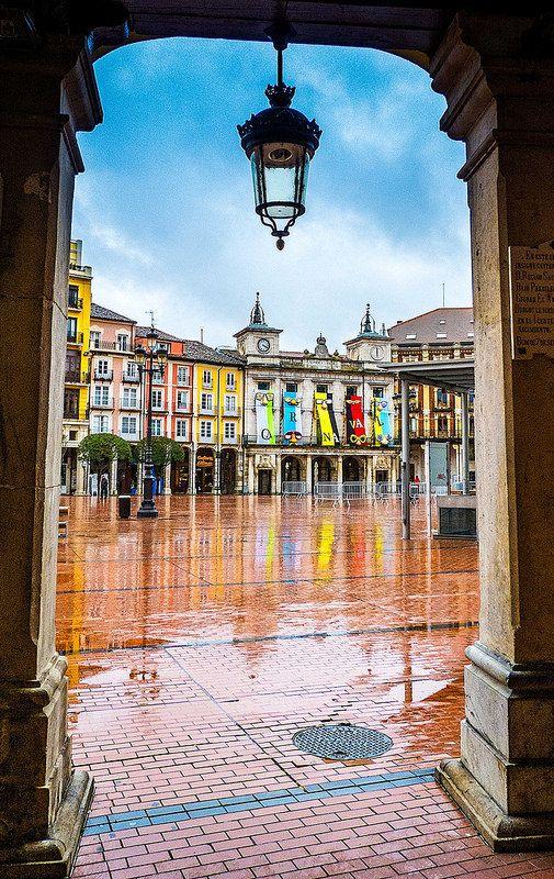 Plaza Mayor de Burgos llena de color tras la lluvia