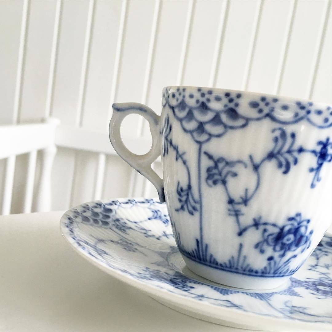 Godmorgon Tisdag  hoppas ni får en superfin dag!  #coffee #coffeetime #home #homeinterior #interiör #interiør #interior #inredning #heminredning #decor #decor #details #royalcopenhagen #kaffekopp  #happy #day #gammalt #blåttärflott #blue  by immasinterior