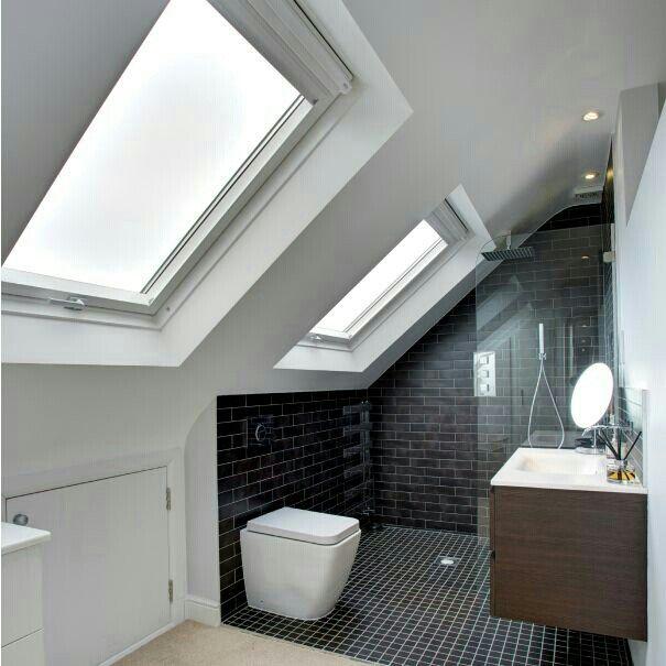 Light Airy Attic Bathroom Idee Salle De Bain Amenagement Salle De Bain Salle De Bains Sous Combles