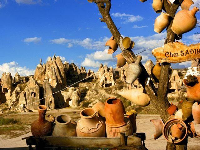 Doğa ve Tarihin Bütünleşmesi KAPADOKYA - Avanos bölgesi: Hititlerden beri süregelen çanak çömlek atölyelerinin olduğu bölge antik devirde Venessa adı ile bilinmektedir. Zelve, çavuşin (Nicephorus Phocas) kilisesi, güllüdere (Aziz Agathangelus) kilisesi, özkonak yer altı şehri, dereyamanlı kilisesi, paşabağı, sarıhan kervansarayı ve çeç tümülüsü görülmesi gereken yerleridir.