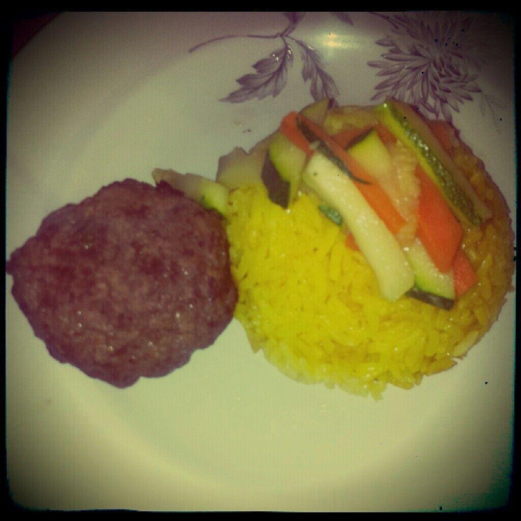 Hamburguesa casera, arroz al curry, zanahorias y zapallitos salteados en agua :)