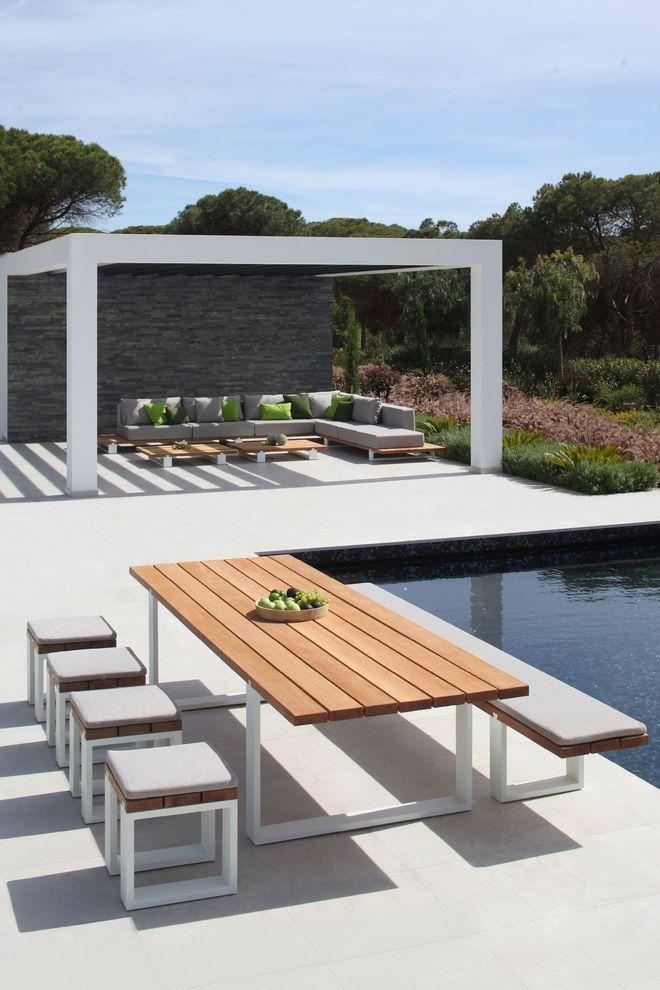 Une table de jardin charismatique en teck et alu, canon ...