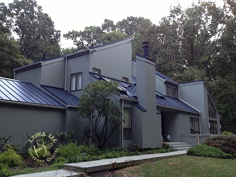 Best Gray Monotone Stucco With A Single Slop Blue Metal Roof 400 x 300