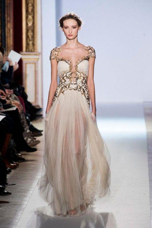 2dcfaa4e8 Vestido de novia inspirado en las diosas griegas en color blanco con tela  fluida y accesorio estilo armadura en tono dorado - Foto Zuhair Murad
