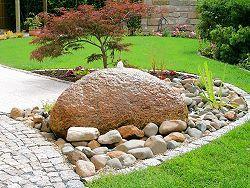 Quellstein In Kiesbett Aus Dekoratives Element Und Blickfang Springbrunnen Garten Garten Wasserspiel Garten