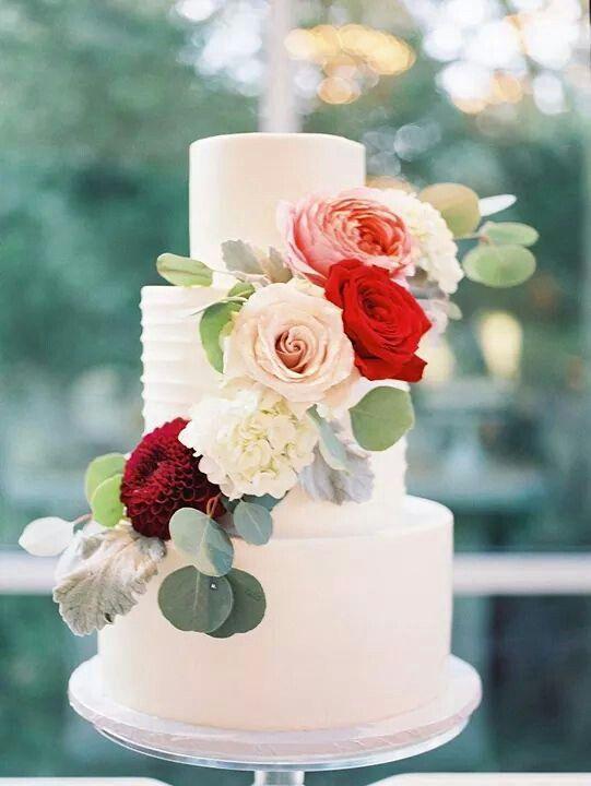 Hochzeitstorte In Weiss Mit Roten Und Rosa Rosen Und Eukalyptus