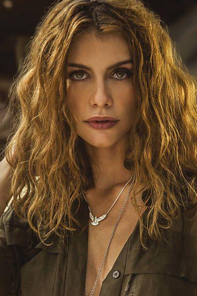 A atriz Alinne Moraes em ensaio para a revista