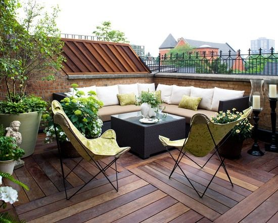 Elegant Dachterrasse Holzboden Lounge Outdoor Möbel Grün Weiß Pflanzen