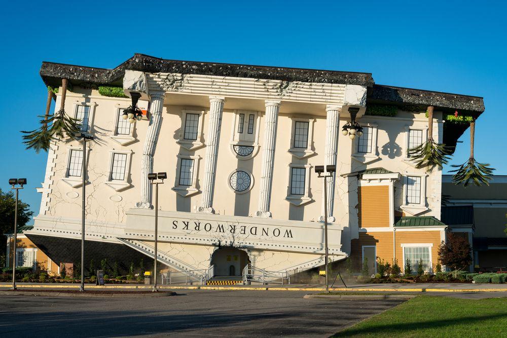 """Wonderworks (Orlando, Estados Unidos) - A famosa """"casa de ponta-cabeça"""" tem várias versões pelos Est... - Shutterstock"""